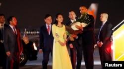 美国总统奥巴马在河内机场接受献花(2016年5月22日)