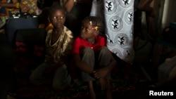 Trẻ em ngồi trên chiếc xe container để đi đến biên giới Cameroon