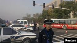 Un policía monta guardia frente a las oficinas del partido comunista chino en Shanxi, sacudido por varias explosiones.
