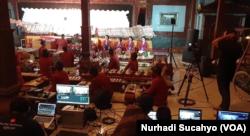 Tim TI mendukung streaming pagelaran wayang melalui kanal Youtube. (Foto: VOA/Nurhadi Sucahyo)