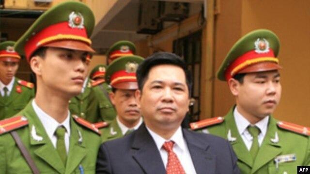 Tiến sĩ Cù Huy Hà Vũ trước tòa án ở Hà Nội, ngày 04/04/2011