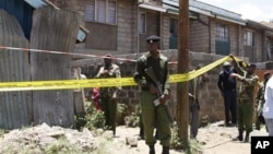 Polisi Kenya mengamankan daerah sekitar ledakan granat di gereja St.Plycarp di luar ibukota Nairobi, Kenya (30/9).