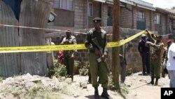 30일 발생한 폭탄 공격으로 사상자가 발생한 가운데 교회 건물 외곽에서 주위를 경계하는 케냐 경찰들