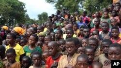 Maelfu ya watoto wa Burundi wakimsikiliza Waziri Mkuu Kassim Majaliwa alipotembelea katika kambi ya wakimbizi huko Kigoma