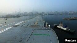 中国第一艘国产航空母舰,也是中国的第二艘航母,5月13日从大连造船厂码头启航,开始海试。