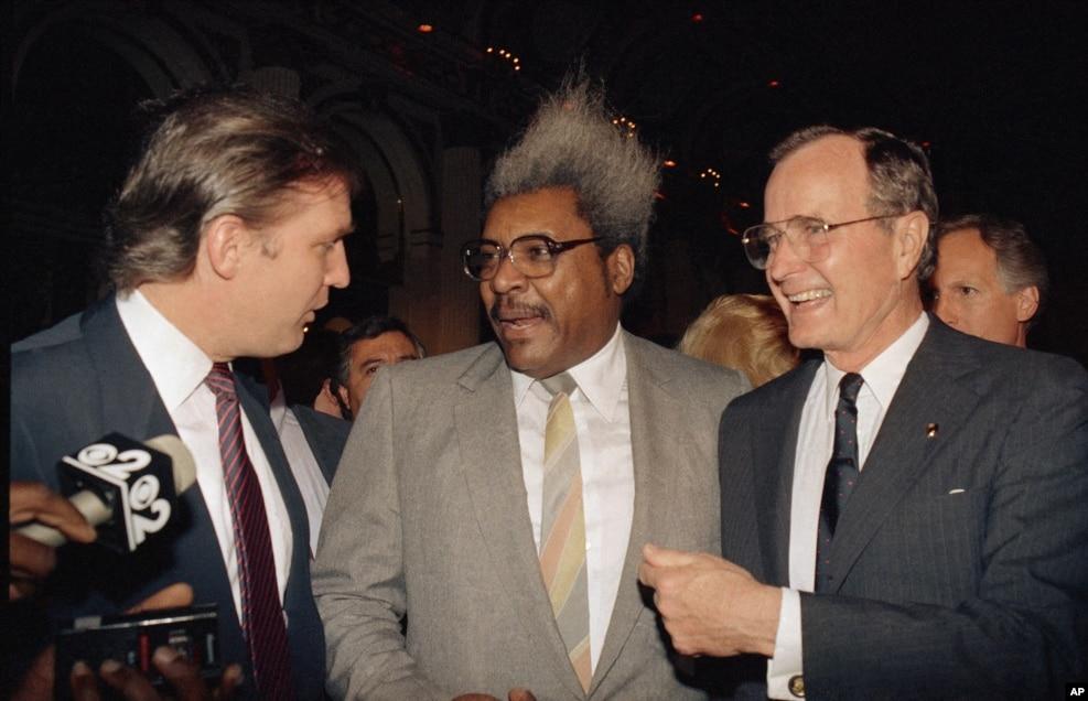 1988年4月12日,唐納德·川普同拳擊運隊推銷商、體育經紀人唐·金和布什副總統(右側)交談。 川普為老布什籌款競選總統