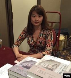 耿格和她父亲的新书 (美国之音方冰拍摄)