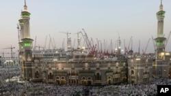 မကၠာၿမိဳ႕ရွိ Grand Mosque အျပင္ဘက္တြင္ ၀တ္ျပဳေနၾကသည့္ မူစလင္မ်ား။ ေအာက္တိုဘာ ၁၊ ၂၀၁၄။