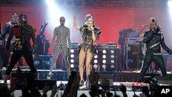 美国歌手菲姬和她的乐队黑眼豆豆2010年6月10日在南非体育场世界杯足球赛开幕音乐会。