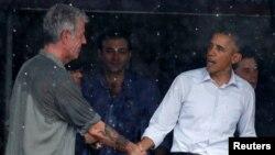باراک اوباما در حال دست دادن با آنتونی بوردین در پایتخت ویتنام پس از مصاحبه با او.