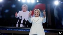힐러리 클린턴 민주당 대통령 후보가 28일 필라델피아에서 진행된 전당대회 마지막날 일정에서 수락 연설 직전 엄지 손가락을 세워보이고 있다.