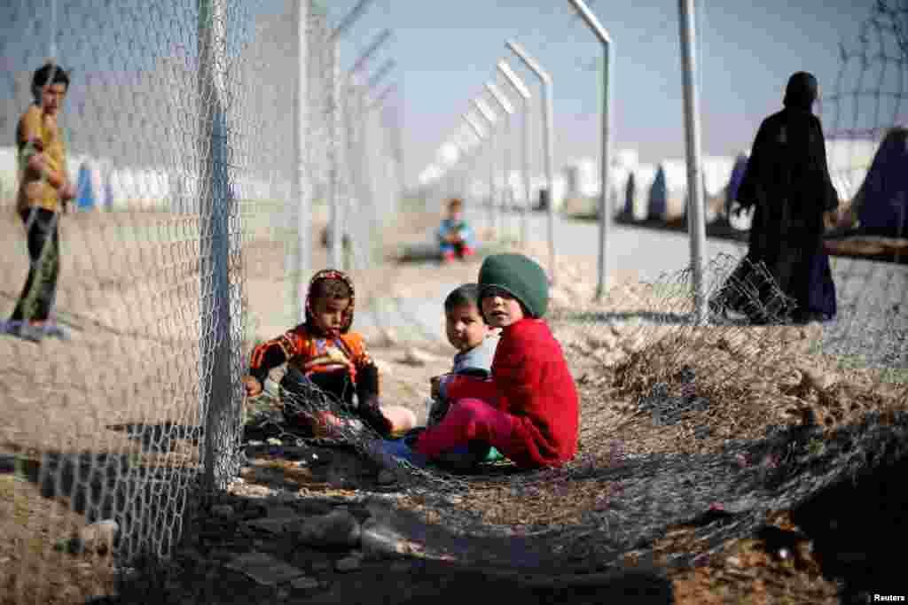 بازی کودکان آواره عراقی در اردوگاه خاضر در عراق.