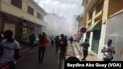 Journalistes et partisans de Wade dispersés à coup de gaz lacrymogène à Dakar, Sénégal, 25 juillet 2017. (VOA/Seydina Aba Gueye)