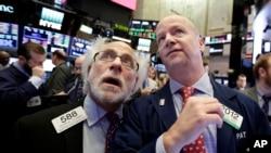 Los especialistas financieros Peter Tuchman y Patrick Casey en la Bolsa de Valores en Nueva York, siguen la volátil sesión del mercado el jueves 8 de febrero de 2018.