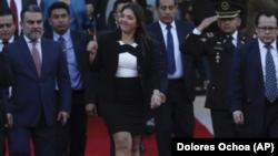 María Vicuña, la nueva vicepresidenta de Ecuador, hace una señal de optimismo con el pulgar a su salida de la Asamblea Nacional, en Quito, Ecuador, el sábado 6 de enero de 2018.