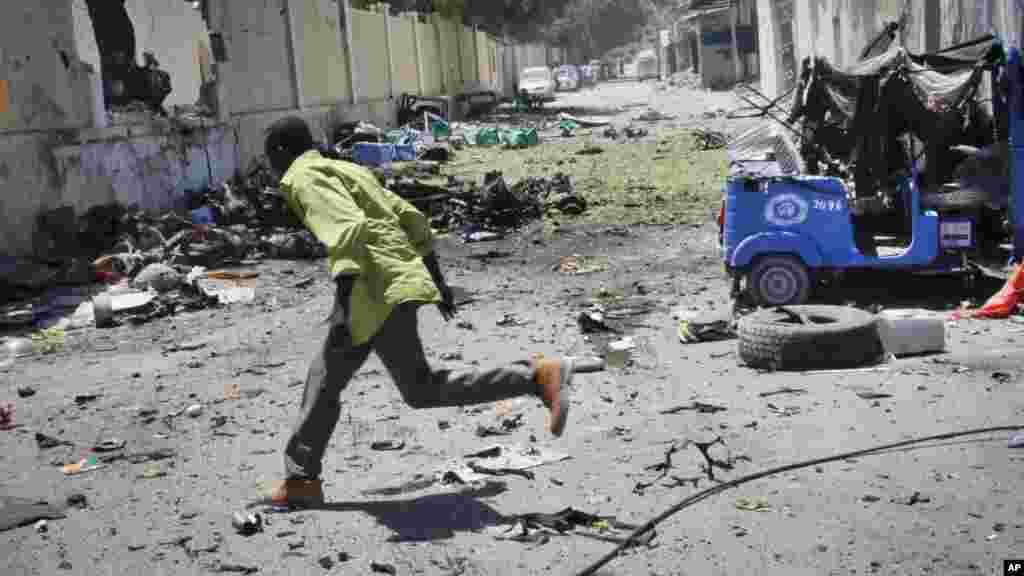 Mtu akimbia kutafuta hifadhi wakati risasi zilipokuwa zinafyetuliwa katikajengo la wizara ya elimu ya Somali