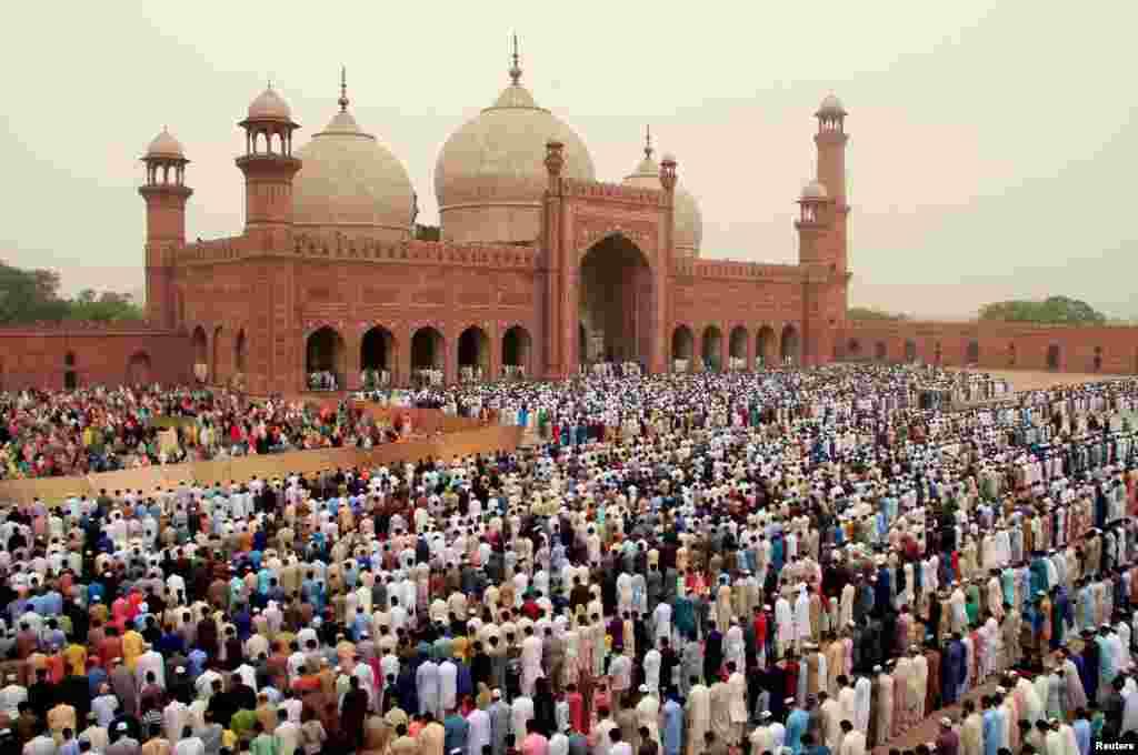 حکومتهای عربستان سعودی، افغانستان، کویت، قطر و امارات متحدۀ عربی سه شنبه چهارم جون (۱۴ جوزا) را روز نخست عید اعلام کرده اند، اما ایران، پاکستان، مصر، سوریه، اردن و فلسطین چهارشنبه را عید گرفته اند.