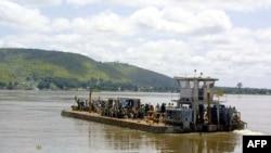 Quelques personnes traversent la rivière Ubangui, affluent du Fleuve Congo, qui va jusquà Bangui le 10 novembre 2002.