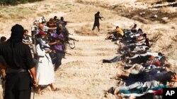 Hình ảnh trên trang web của phe chủ chiến ngày 14/6/2014 cho thấy các chiến binh nhóm Nhà nước Hồi giáo chĩa súng vào các binh sĩ Iraq bị bắt tại Tikrit.