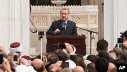 Tổng thống Thổ Nhĩ Kỳ Recep Tayyip Erdogan phát biểu tại lễ khánh thành Trung tâm Diyanet của Mỹ ở Lanham, Maryland, ngày 2 tháng 4 năm 2016.