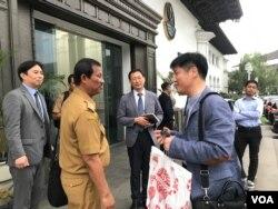 Edi Bahiar dari Dinas Lingkungan Hidup Jabar (kedua kiri) berbincang dengan Sondo Yu dari Samsung Engineering (kedua kanan) usai melakukan pertemuan dengan Gubernur Jawa Barat, Selasa (18/2) sore. (VOA/Rio Tuasikal)