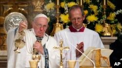 Tan pronto llegó a Filadelfia el papa Francisco se dirigió a la catedral de San Pedro y San Pablo para oficiar una misa.