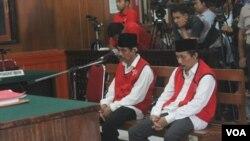 Sidang putusan kasus pembunuhan Salim Kancil dengan terdakwa Hariyono (Kepala Desa) dan Madasir (Kepala Lembaga Masyarakat Desa Hutan), di PN Surabaya, Kamis, 23 Juni 2016 (Foto: VOA/Petrus)