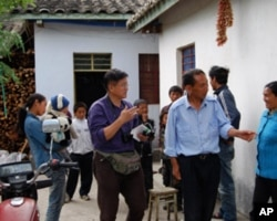 張楠在彝族村寨採訪。