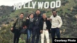 Nia Zulkarnain (dua dari kiri), Ari Sihasale (tiga dari kiri) bersama Michael Jakarimilena, Nobo Sasamu dan Stephen Wally dari kelompok vokal Pacenogei, Papua di Los Angeles (Foto Courtesy: Hanky Asa-LA)
