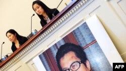 중국의 인권운동가 구오 페이숑 씨 부인과 딸이 지난해 10월 미국 워싱턴 DC에서 기자회견을 가지고 있다. (자료사진)