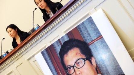 Bà Zhang Qing (trái), vợ của nhà hoạt động Guo Feixiong, và con gái Yang Tianjiao phát biểu tại buổi họp báo trước một phiên điều trần của Tiểu ban Ngoại giao Hạ viện ở Washington DC, ngày 29/10/2013.
