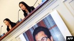 Zhang Qing, kiri, istri aktivis HAM China Guo Feixiong, dan anak perempuannya Yang Tianjiao berbicara dalam konferensi pers sebelum persidangan di Washington, D.C., 29 Oktober 2013. (Foto: dok.)