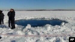 Nhân viên tìm kiếm đã tìm thấy khoảng 50 mảnh vỡ nhỏ của khối thiên thạch khổng lồ trong hồ Chebarkul, nơi mà thiên thạch này để lại một cái hố rộng 6 mét trên mặt băng.