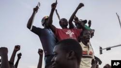 Des protestataires contre le coup d'Etat manqué, le 21 septembre 2015 à Ouagadougou. (AP Photo/Theo Renaut)