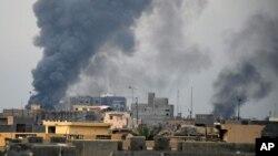 Bombardements de la coalition américaine contre les positions de l'Etat Islamique à Ramadi le 24 décembre 2015.