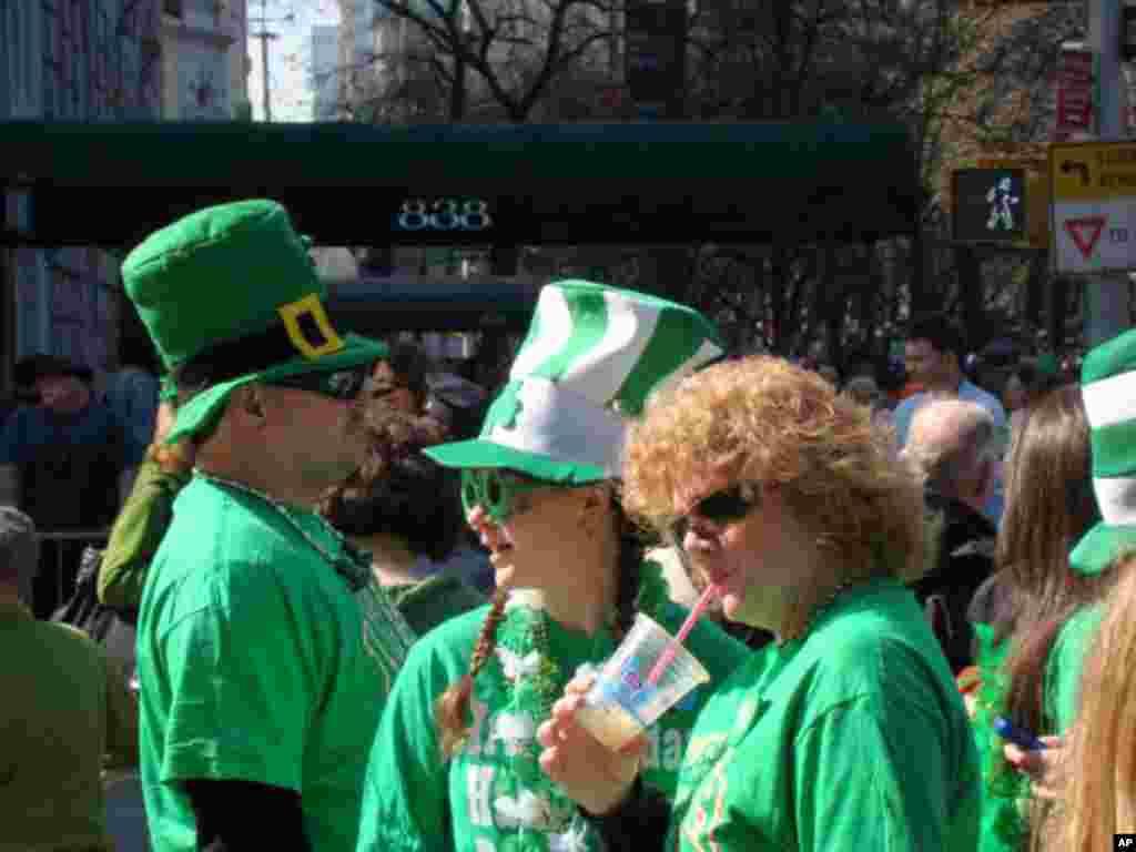 參觀遊行民眾全身綠色打扮