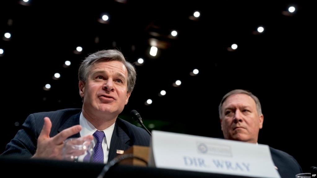 美國聯邦調查局局長克里斯托弗·雷(左)和中央情報局局長蓬佩奧在國會公開聽證會上(2018年2月13日)