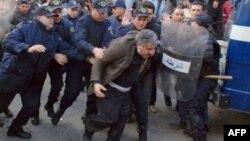 Полиция задерживает одного из участников акции протеста