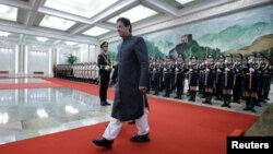 وزیر اعظم عمران خان چین کے اپنے دورے میں گارڈ آف آنر کا معائنہ کر رہے ہیں۔