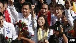 Nhà lãnh đạo đảng đối lập Phue Thai, Yingluck Shinawatra (giữa)