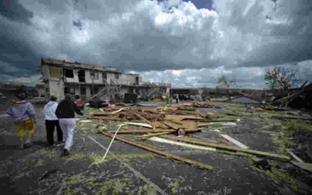 Los escombros se extienden por el estacionamiento de un complejo de apartamentos después del tornado en Glade Spring, Virginia.