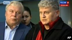 Lon Snowden, derecha, ofreció declaraciones a su salida del aeropuerto de Moscú donde fue recibido por el abogado de su hijo Anatoly Kucherena.