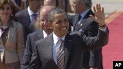 ທ່ານ Barack Obama ໂບກມືໃຫ້ປະຊາຊົນ ທີ່ Santiago, Chile.