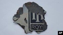El trozo de escombro, posiblemente del vuelo MH-370 fue fotografiado en Mossel Bay, Sudáfrica.