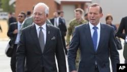 PM Malaysia Najib Razak (kiri) berjalan bersama PM Australia Tony Abbott di Perth, Australia, Kamis (3/4).