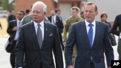 호주를 방문한 나집 라작 말레이시아 총리(왼쪽)가 3일 토니 애벗 호주 총리와 함께 실종 여객기 수색 상황을 살펴봤다.
