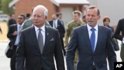 Thủ tướng Malaysia Najib Razak và Thủ tướng Australia Tony Abbott đến gặp những người tham gia cuộc tìm kiếm chiếc máy bay mất tích của hãng Malaysia Airlines ở Perth, Australia, ngày 3/4/2014.