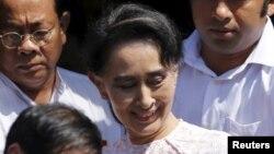 缅甸民主运动领袖昂山素季在仰光的民盟总部对支持者发表讲话后离开总部(2015年11月9日)