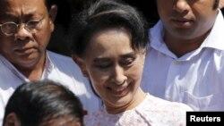 昂山素季11月9日在全国民主联盟党部讲话后走出来接受支持者的欢呼。一般预计民盟将一压到多说赢得缅甸这次议会大选。