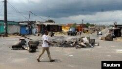 Barricades dans les rues de Libreville au Gabon, le 1er speptembre 2016. (AP Photo/Joel Bouopda)